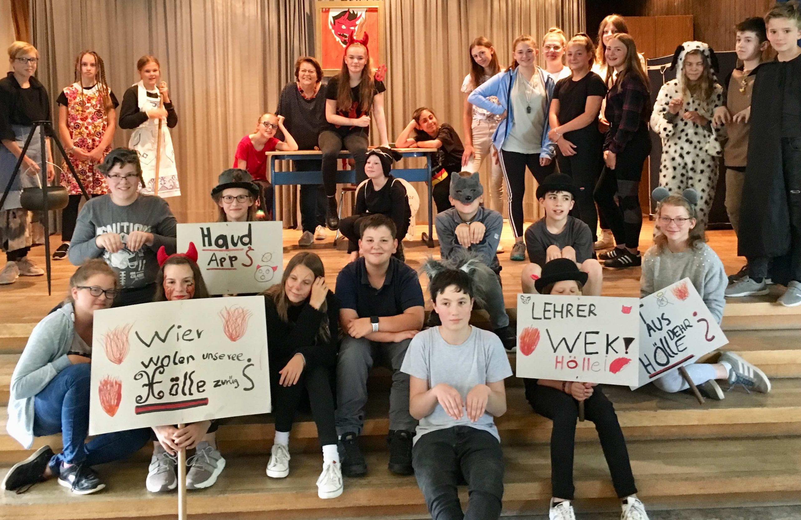 Sekundarschüler präsentieren zum Schuljahresabschluss ein Theaterstück